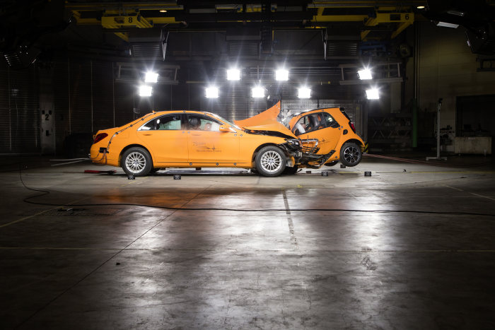 The new smart fortwo 2014: Car to car crash. smart fortwo vs. S-Class