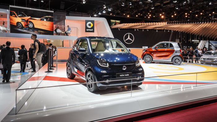 In Paris smart is also offering a glimpse of the possibilities to be offered by the smart BRABUS tailor made individualisation programme in the future, with two customised smart fortwo exhibits.