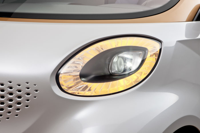 The headlamps of the smart forvision are emphasised by a ring comprising the daytime driving lights and indicator functions.