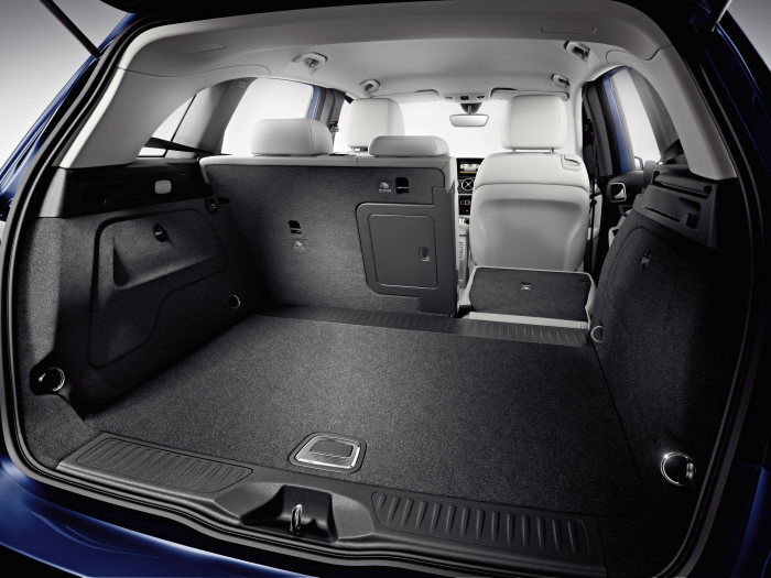Mercedes-Benz B-Class: The rear seat backrest can be split and folded in a 60:40 ratio as standard. Further variability is offered by the optional heightadjustable load compartment floor. It can be moved and locked in two different positions.