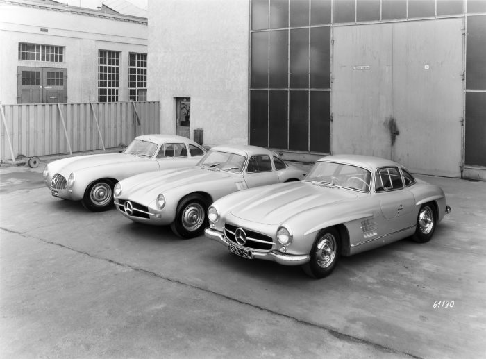 Three versions of the Mercedes-Benz 300 SL at a glance: on the left, the Mercedes-Benz 1952 300 SL (W 194 series), next to it the racing car prototype (chassis number W 194 011) developed for the 1953 racing season (this prototype never raced), finally the 1954 series-production car (W 198).