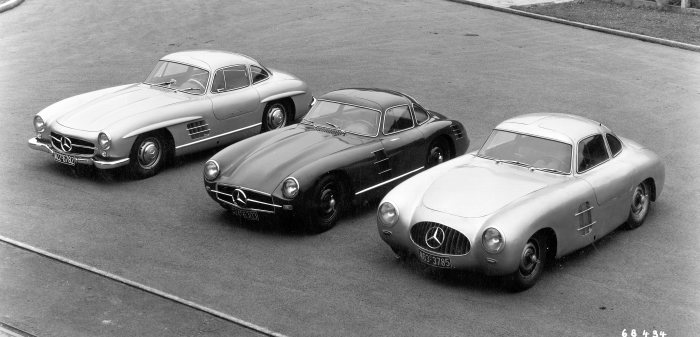 Three versions of the Mercedes-Benz 300 SL at a glance: on the right, the Mercedes-Benz 1952 300 SL (W 194 series), next to it the racing car prototype (chassis number W 194 011) developed for the 1953 racing season (this prototype never raced), finally the 1954 series-production car (W 198).