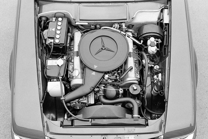 Mercedes-Benz 350 SL (R 107 series, 1971 to 1989), engine compartment. This version was built until 1980