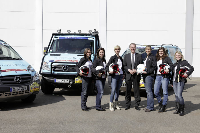 "Into the wilderness: female employees of Daimler AG set off in the Mercedes-Benz Vito and Sprinter on the 2012 ""Aïcha des Gazelles"" rally: Volker Mornhinweg together with the rally participants."