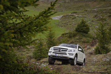 Mercedes-Benz GL-Class: The standard scope of equipment includes 4MATIC permanent all-wheel drive along with a special off-road driving programme. The optional ON&OFFROAD package further enhances the vehicle's capabilities.