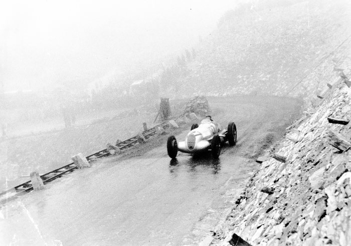 Großglockner mountain race, 6 August 1939, in difficult weather conditions. Manfred von Brauchitsch in a Mercedes-Benz W 125 mountain racing car with a 5.6-litre engine, starting number 127. He finished fourth.