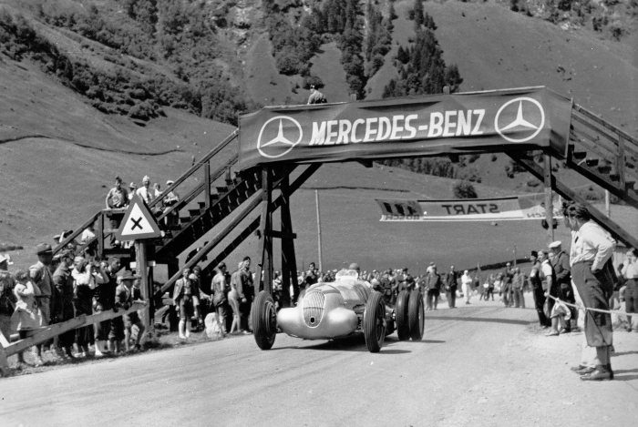 Training for the Großglockner mountain race on 6 August 1939. Manfred von Brauchitsch in a Mercedes-Benz W 125 mountain racing car with a 5.6-litre engine, starting number 127, attempting to improve traction with twin tyres on the rear axle. He came fourth in the race.