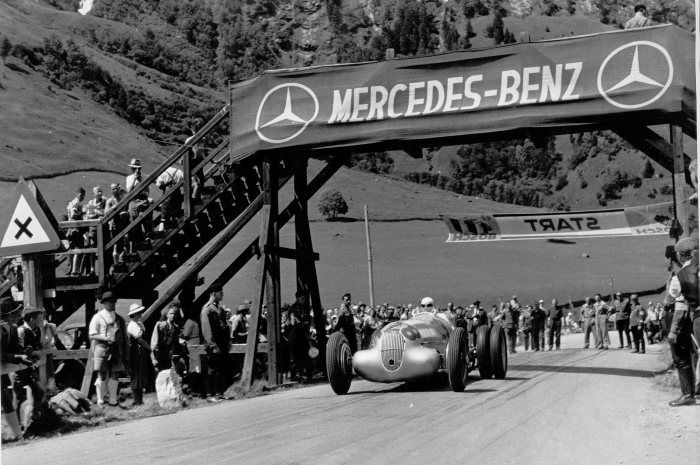 Training for the Großglockner mountain race on 6 August 1939. The eventual victor, Hermann Lang (starting number 128), with a Mercedes-Benz W 125 mountain racing car with a 5.6-litre engine, attempting to improve traction with twin tyres on the rear axle.