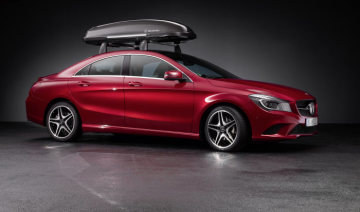 Mercedes-Benz Accessories for the CLA: Alustyle Quickfix basic carrier with Mercedes-Benz roof box 400 in black metallic. Capacity approx. 400 litres. With handle strip for easier opening and closing. Maximum payload 75 kg. Luggage set available as an optional accessory.
