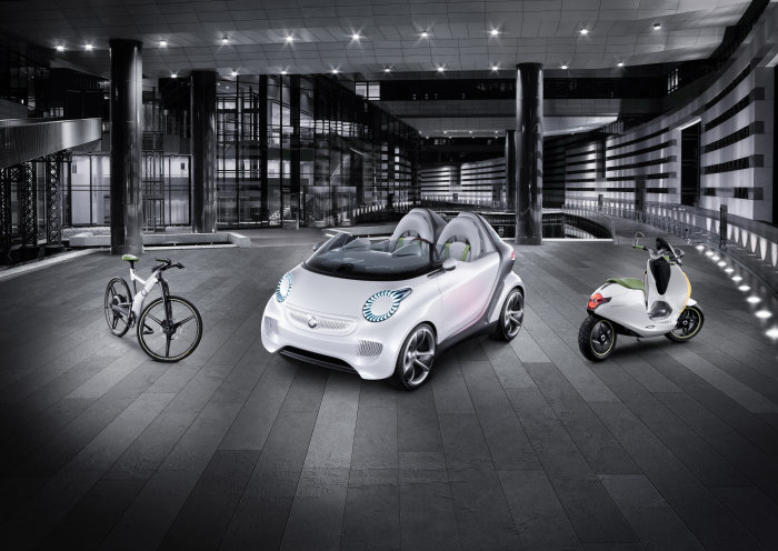 With its high-gloss white metallic paintwork the smart forspeed also builds a bridge to the two-wheel escooter and ebike studies that were presented at the Paris Motor Show.