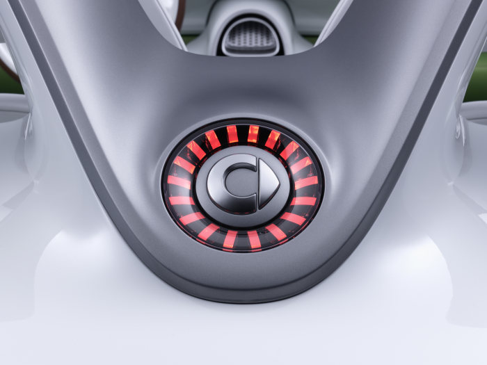 smart forspeed: The charging device is located in the third brake light behind the smart logo and features a simple push/push opening mechanism.