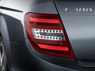 Mercedes-Benz C-Class model year 2011: The characteristic surface meander is now on the inside of the light, and reminiscent of preceding model series.