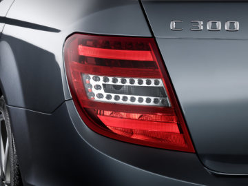 Mercedes-Benz C-Class model year 2011: The tail lights are even more neatly integrated into the rear section by a continuous covering lens.
