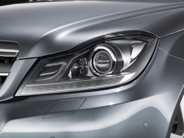Mercedes-Benz C-Class model year 2011: The shape of the clear-lens headlamps has been modifi ed to create a more dynamic impression emphasising the V-shape of the front section.