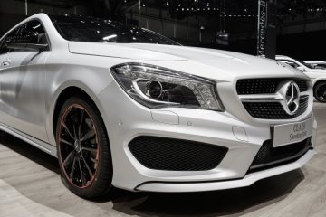 Mercedes-Benz genuine accessories for the CLA Shooting Brake: black painted a red rim flanged 18-inch 5-twin-spoke light-alloy wheels, black hub caps, trim caps, illuminated Mercedes star and black exterior rear-view mirror cases