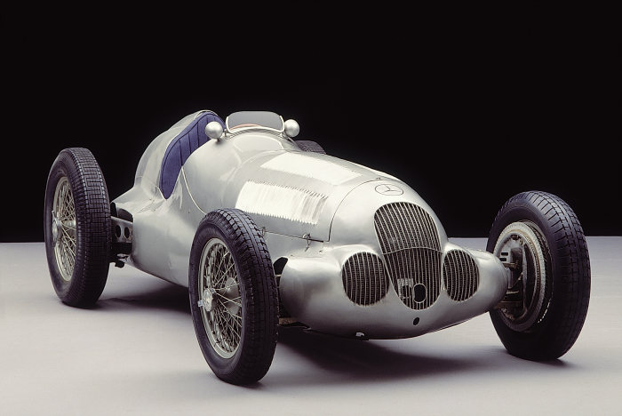 Silver Arrow on course for gold: the Mercedes-Benz W 125 built for the 750 kilogram weight limit in 1937.