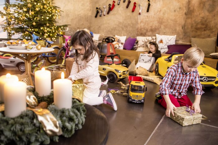 "Mercedes-Benz Collection für Kids - Mercedes-Benz ""AMG Line"" GoKart, AROCS 8X4 HALFPIPE Baukipper, Electric-Sports Car Mercedes-AMG GT S, Bobby-Cars von Mercedes-Benz – Bobby-AMG GT und Bobby-AMG GT S Weihnachten!"