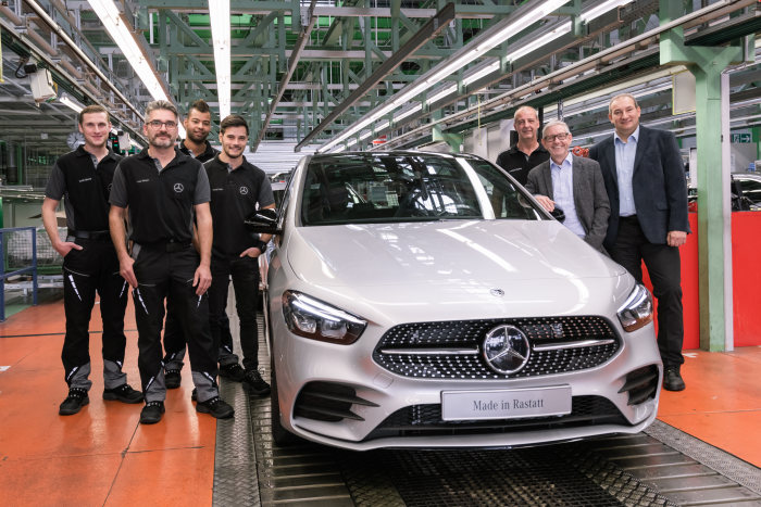 Mercedes-Benz Rastatt plant starts production of the new B-Class: Together with the employees, Thomas Geier (2nd from right), Thomas Geier, Site Manager of the Mercedes-Benz Rastatt plant., and Michael Lehmann (1st from right), Michael Lehmann, Deputy Chairman of the Works Council at the Mercedes-Benz Rastatt plant, are delighted about the ramp-up of the new B-Class