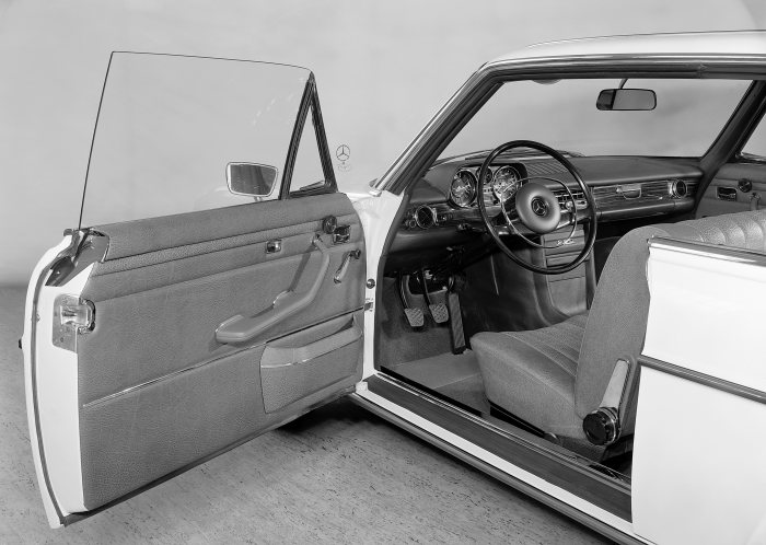 Mercedes-Benz 250 C or 250 CE of the 114 model series, detailed photo of the driver's door 260 millimetres longer than the saloon, photo taken in 1973.