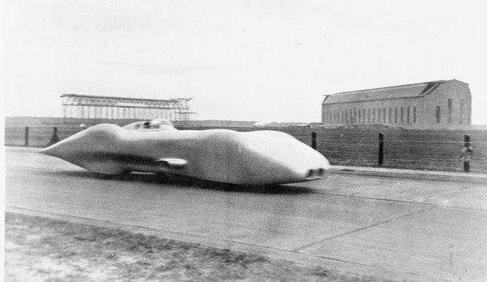 Record set on the Autobahn between Frankfurt am Main and Darmstadt, 28 January 1938. Rudolf Caracciola in the Mercedes-Benz twelve-cylinder W 125 record car in front of the Zeppelin aerodrome in Frankfurt am Main. At a speed of 432.7 km/h over one kilometre with a flying start, Caracciola sets a world speed record on public roads that will last for almost 80 years.