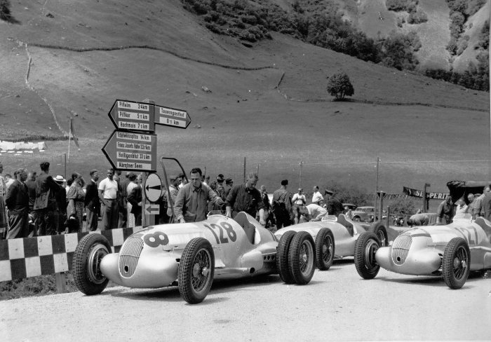 Grossglockner hillclimb, 6 August 1939, training. The subsequent winner Hermann Lang (starting number 128) in a Mercedes-Benz W 125 hillclimb car with a 5.6-litre engine, with double tyres on the rear axle in an attempt to improve traction. Immediately behind that car, a W 154 used only in training, and to the side another W 125 hillclimb car, starting number 127, in which Manfred von Brauchitsch achieved fourth place in that race.