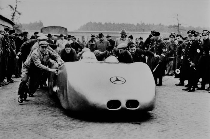 Behind the wheel of the Mercedes-Benz W 125 twelve-cylinder record car, Rudolf Caracciola reaches 432.7 km/h on the Frankfurt-Darmstadt motorway on 28 January 1938