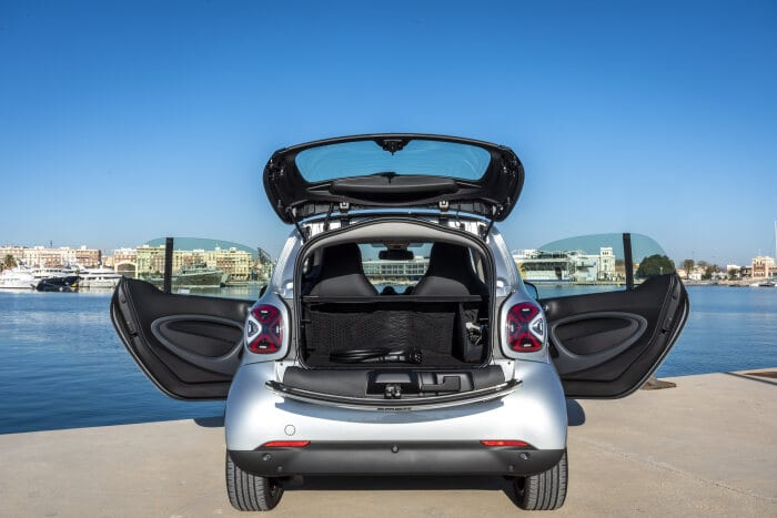 smart EQ fortwo, coupe, cool silver, prime line, interior black fabric with grey topstitching; smart EQ fortwo, coupe: Combined power consumption, 4.6 kW on-board charger, (kWh/100 km), 16.5-15.2; Combined CO2 emissions (g/km) 0*  //  Combined power consumption, 22 kW on-board charger, (kWh/100 km), 15.2-14.0; Combined CO2 emissions (g/km) 0*