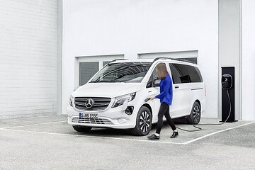 The new Mercedes-Benz eVito Tourer (combined power consumption: 26.2 kWh/100 km; combined CO2 emissions: 0 g/km)* – Exterior