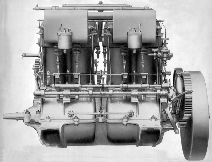 High-performance four-cylinder engine of the Mercedes 35 HP, intake side. The lightweight crankcase, the two carburettors, the exposed intake camshaft and the control shaft for actuating the magneto make-and-break ignition are clearly visible.