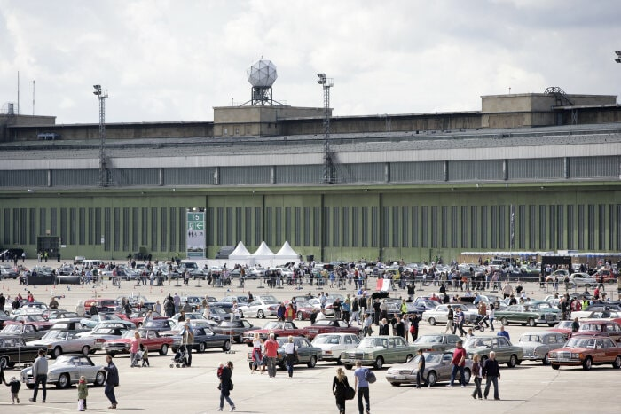 "A strong brand community: Meeting of ""Mercedes-Benz  &  Friends"" in 2001 on the grounds of the Berlin-Tempelhof airport."