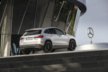 Mercedes-AMG GLA 45 S 4MATIC+; iridium silver metallic / black with yellow contrasting topstitching