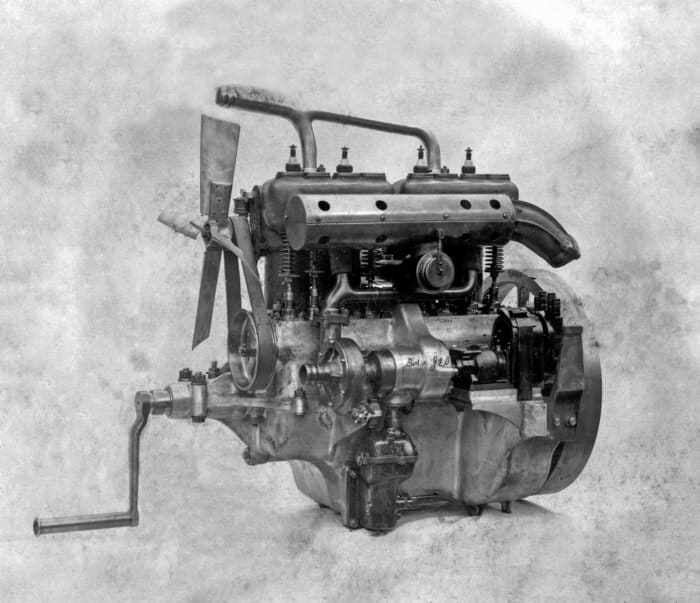 The engine of the Mercedes 8/18 PS (1910 to 1912). Turning the hand crank turns over the entire engine mechanism.