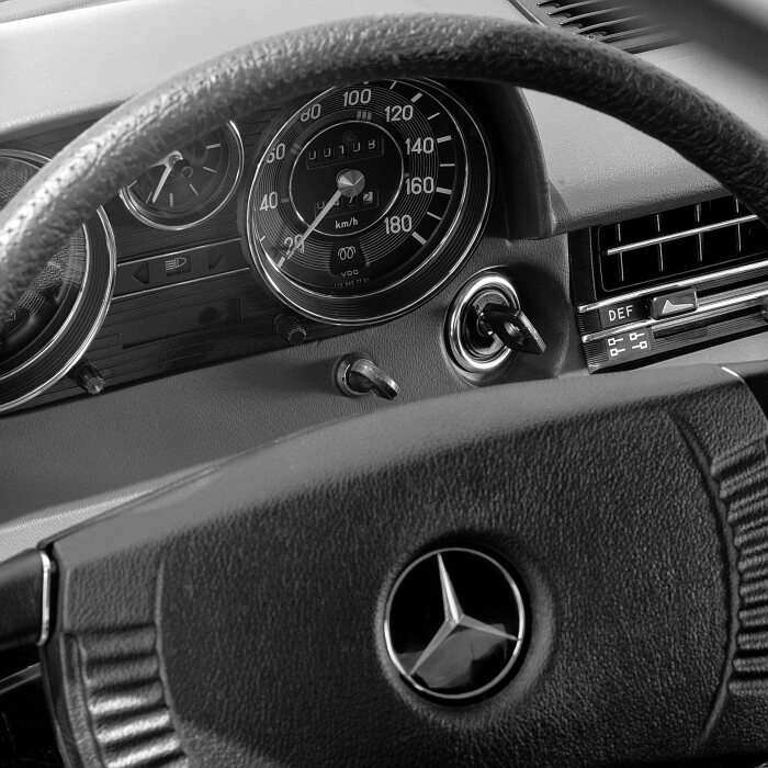 Starting the Mercedes-Benz 240 D 3.0 from 1974: The ignition key of the Stroke/8 is turned to the driving position. This initiates pre-glow via a relay, and that stage is limited to a maximum of two minutes by a safety circuit.