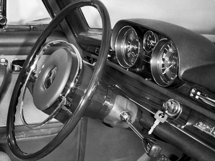 Mercedes-Benz 250 S up to the 300 SEL 6.3 (W 108/W 109, 1965 to 1972). View of safety steering, dashboard, gear lever and ignition lock. An innovative feature: These cars had just one key for all the locks; the plastic handle was a convenient enhancement. They came with a spare key, of course. Photo of a 250 SE from 1965.
