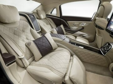 222 model series Mercedes-Benz S-Class (2013 to 2020), Mercedes-Maybach S 600, vehicle interior, Executive seats in the rear, wood and leather with diamond quilting underline the luxurious workshop character. Photo from 2014.