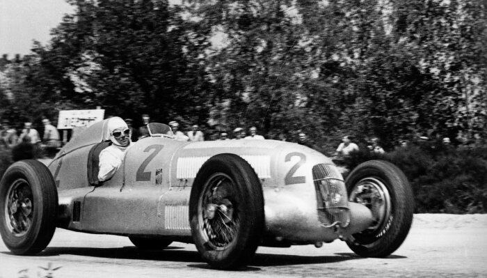 Rudolf Caracciola is crowned the 1935 European Grand Prix Champion at the wheel of the Mercedes-Benz W 25 formula racing car, which weighed a mere 750 kilograms. He claimed victories at races including the French Grand Prix in Montlhéry, on 23 June 1935, ahead of his team mate Manfred von Brauchitsch.