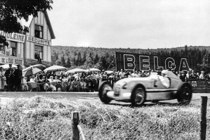 Rudolf Caracciola is crowned the 1935 European Grand Prix Champion at the wheel of the Mercedes-Benz W 25 formula racing car, which weighed a mere 750 kilograms. He won the Belgian Grand Prix in Spa-Francorchamps on 14 July 1935.