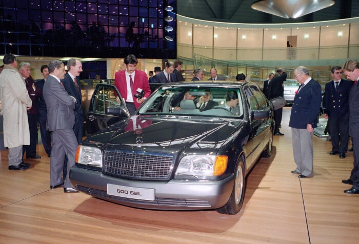 Mercedes-Benz S-Class (model series 140). The saloon had its world premiere in 1991 at the Geneva Motor Show. The photo shows the 600 SEL with the twelve-cylinder engine. Photograph from 1991. (Photo signature in the Mercedes-Benz archive: 91146_30)