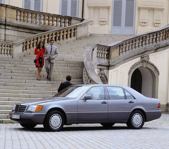 Mercedes-Benz S-Class (model series 140). The saloon had its world premiere in 1991 at the Geneva Motor Show. The photo shows the 500 SEL. Photograph from 1991. (Photo signature in the Mercedes-Benz archive: A91F1353)