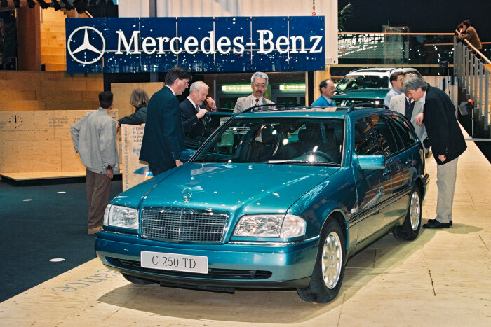 Mercedes-Benz C-Class Estate (model series 202). The company presented the C-Class Estate for the first time at the 1996 Geneva Motor Show. The photo shows a C 250 Turbodiesel Estate. Photograph from 1996. (Photo signature in the Mercedes-Benz archive: 00173641a)
