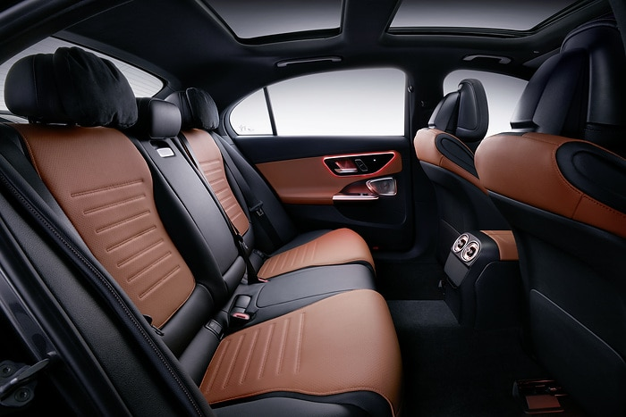 As well as more legroom, features such as luxury head restraints and a larger armrest with a particularly spacious stowage compartment, USB ports and cupholders ensure additional, luxurious comfort in the rear. Other special, market-specific features include the comfort suspension and enhanced noise insulation for an even quieter interior.