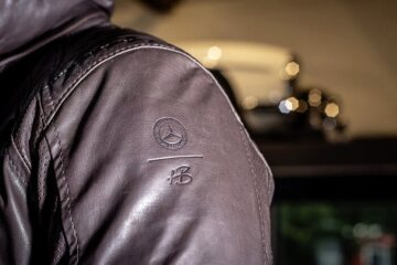 Men's leather jacket by Heinz Bauer Manufacture for Mercedes-Benz. Made of 100 % soft brown calfskin. Lining made of 51 % cotton and 49 % viscose with an antibacterial silver finish. The lining is printed with the historic Mercedes star in vintage look.