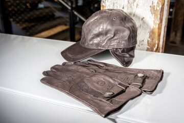 Heinz Bauer leather gloves  &  leather cap, brown, Men, car driver gloves from soft high-quality soft calf nappa leather. Leather Cap 100 % made of soft calf leather and is complemented by a lining made of 51 % cotton and 49 % viscose. Made by Heinz Bauer Manufacture for Mercedes-Benz.