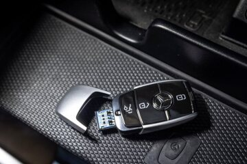 USB stick (Mercedes-Benz Fzg key) 32GB, black / silver, plastic. In the form of Mercedes-Benz vehicle key. USB 2.0. Compatible with all major operating systems.